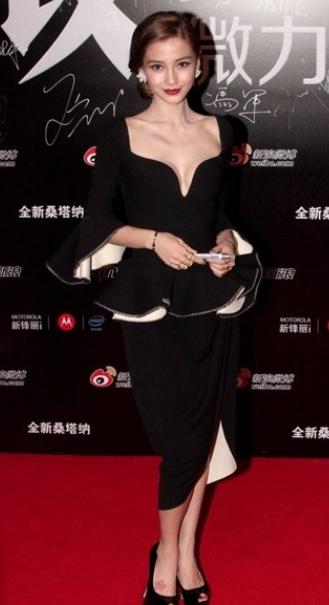 杨颖那身外型女王气息实足,凸隐出本身的气量