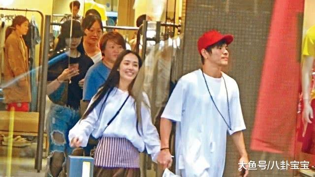 向佐带三个助手陪郭碧婷逛街购物,未婚妻太美,他牵手姿势充满占有欲