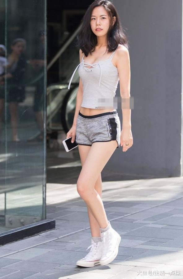 街拍:穿着清凉的时尚潮女,非常吸睛!