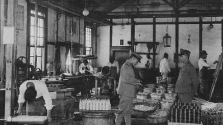 """侵华战争老照片:鬼子吃相很丑,最后一张日军食堂太""""丰盛""""!"""