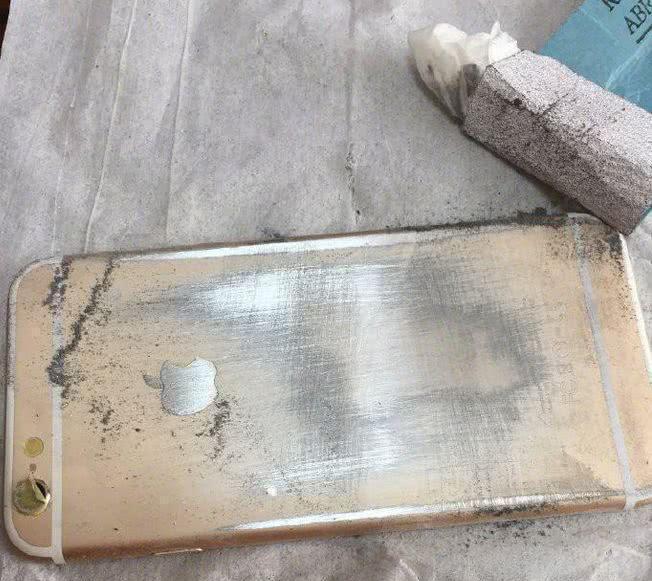 男子的苹果手机太旧了,打算用砂纸打磨一下,打磨后众人看蒙