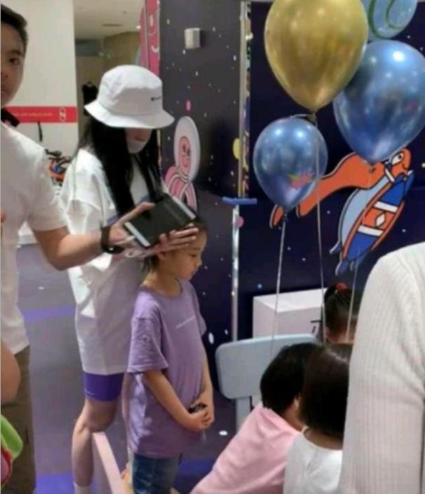 """7岁小甜馨忙于""""应酬""""很劳累,陪妈妈逛完商场,陪爸爸参加聚会"""