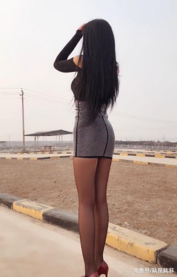 户外的妙龄女郎,形象鲜明,美腿轻松抢镜