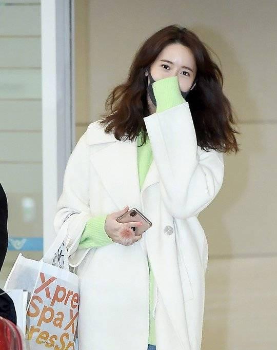允儿低调现身机场,简单的白色风衣清爽自然,让人难忘的初恋脸