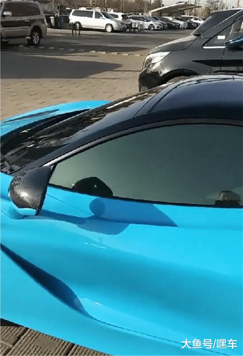 海南蓝迈凯伦570S现街头, 本不会注意, 但女车主容貌比车吸睛