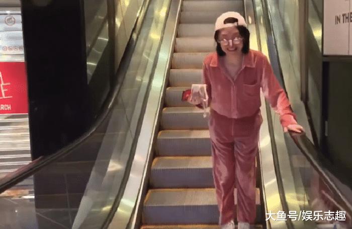 """许睛游新加坡,穿""""寝衣""""逛街看片子,50岁的她解锁少女新状况"""