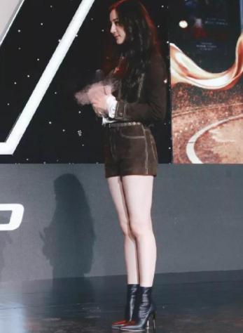 迪丽热巴的身材有多炸?看看她的大长腿,网友:这简直是第二个江疏影