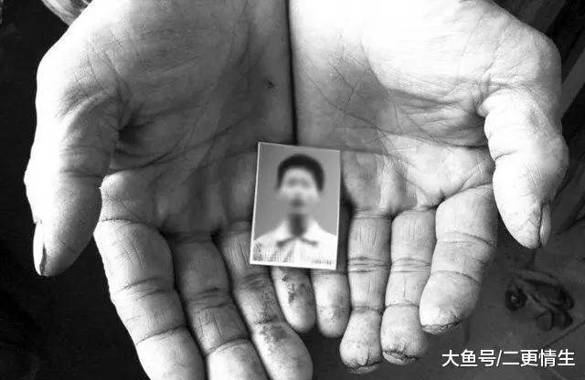 儿子打工5年,只寄钱不回家,乡村母亲在女儿脚机里看睹儿子遗像