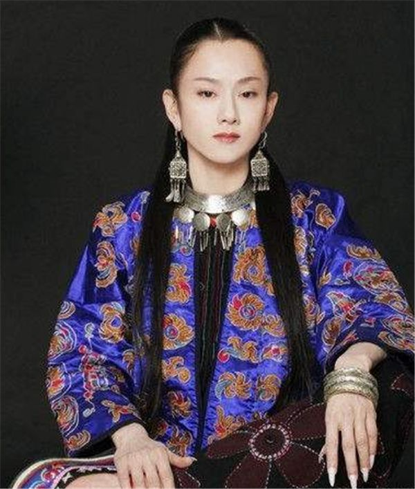 61岁杨丽萍戴枕头出止,齐程闭眼,年夜爷皆不道定了