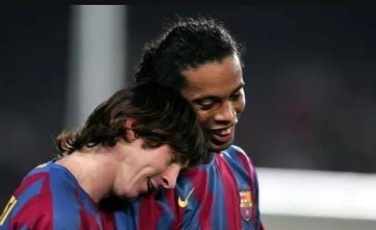 14年前小罗将梅西背起,至此造就一代球王,大概这就是巴萨的传承