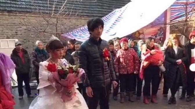 20岁小伙娶工厂女孩,婚礼现场非常寒酸,新郎更是落魄不已