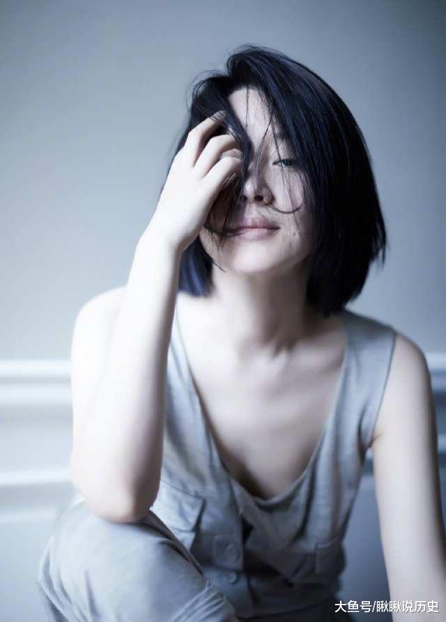 49岁许阴换发型少女感冷艳,剪波波头外型减龄20岁,不再是老阿姨