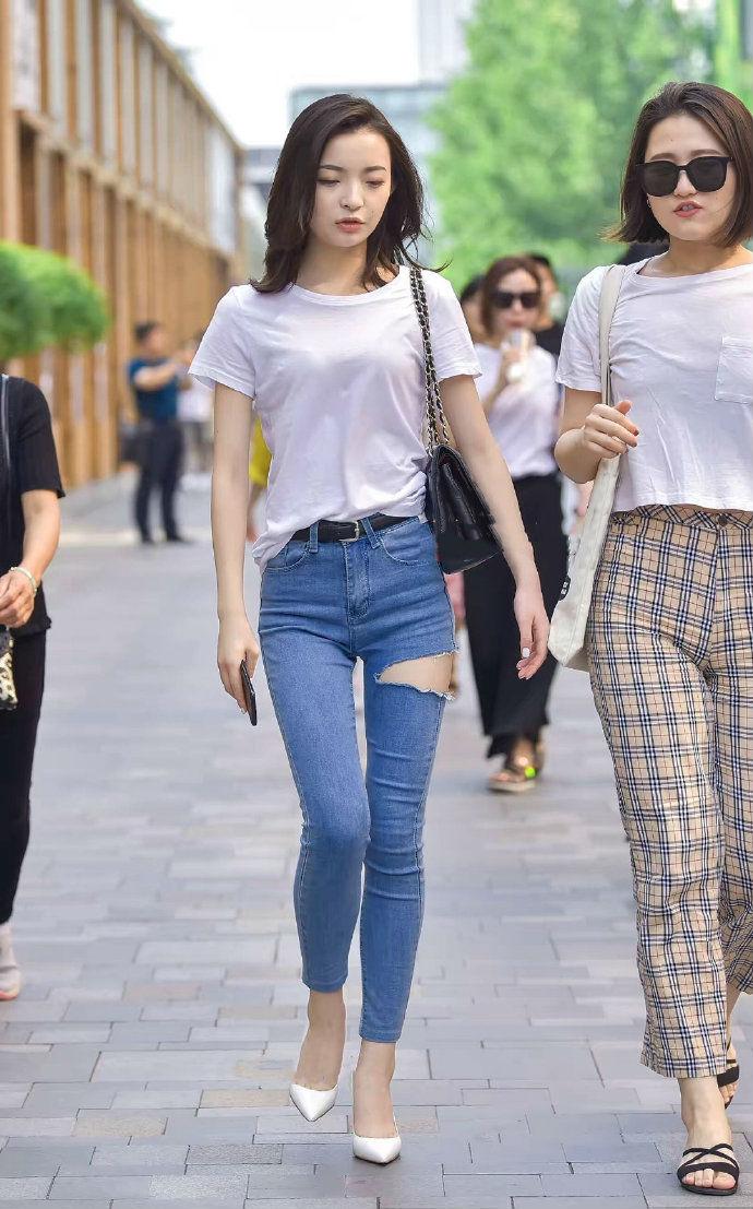 这条牛仔裤上的破洞,应该是美女自己剪出来的吧