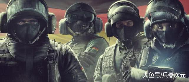 国外特警为何偏爱混搭风格?上身穿防弹衣,下身却穿牛仔裤
