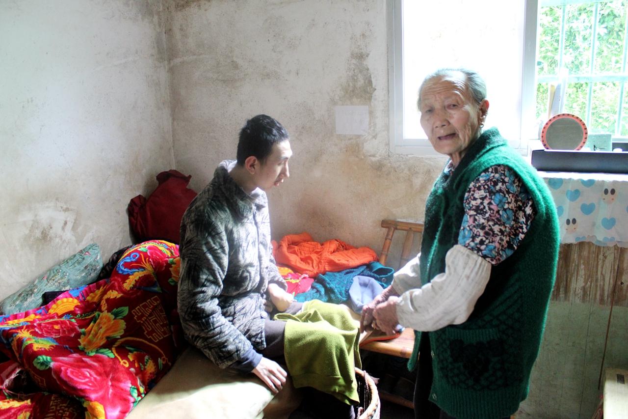 暖新闻:兴国县一八旬奶奶照顾瘫痪孙子23年 诠释爱的真谛
