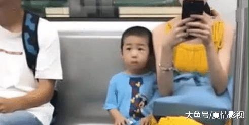 年轻妈妈带3岁男孩坐地铁,坐姿引发网友热议,什么才是教养?