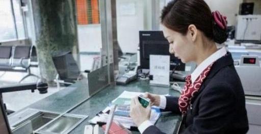 如果银行卡里没钱,忘了去注销会发生什么事?银行女柜员一语道破