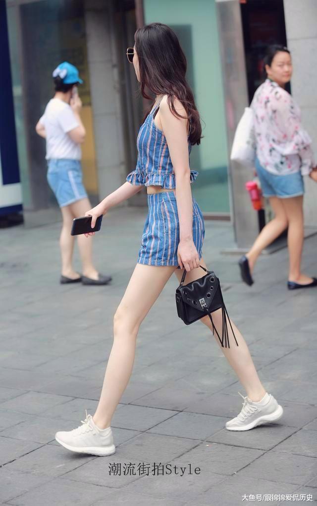 街拍:玄色吊带裙的女神细腻又浑凉,穿出了浪漫轻巧的时兴感