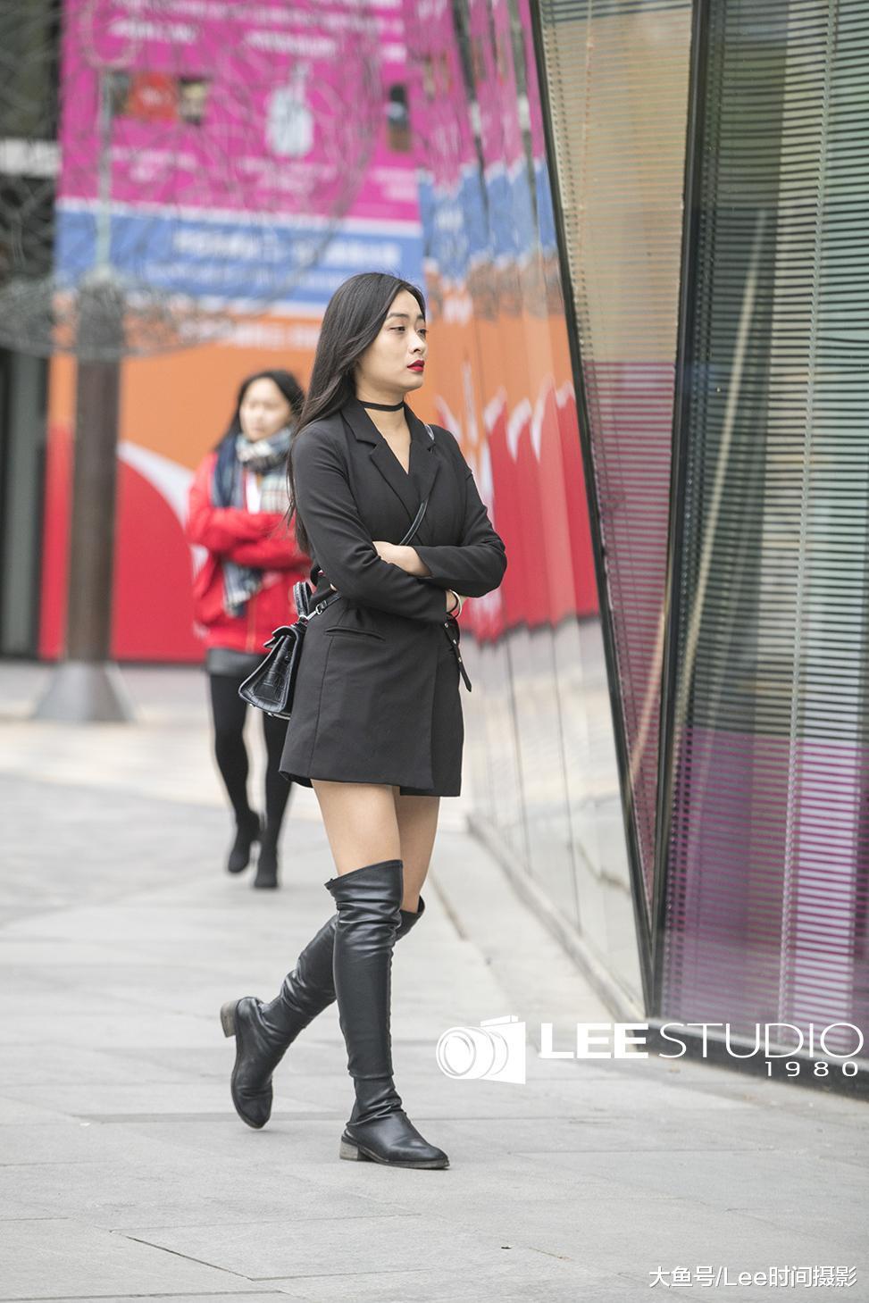 街拍;黑色高筒靴搭配大长腿,打造不一样的风格