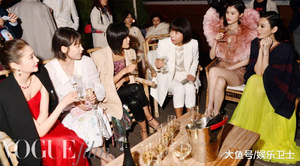 关晓彤奚梦瑶在戛纳电影节同框,前者红裙惊艳后者猫眼妆妖艳,谁更美?