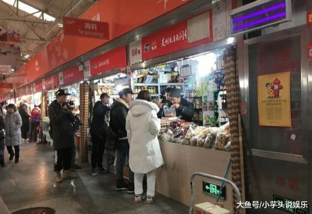 吴昕素颜现身菜市场录节目, 网友: 取家庭主妇差不多!