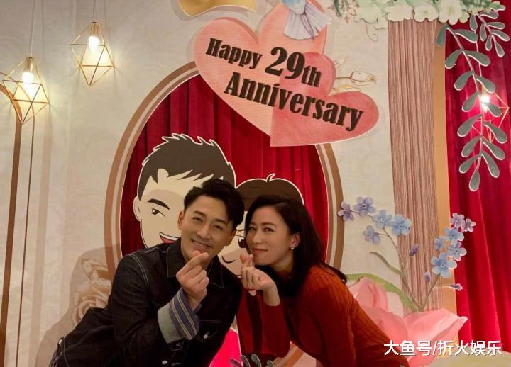佘诗曼晒苗侨伟娶亲29周年照, 合影林峯, 两人凑脸密切, 笑脸比心