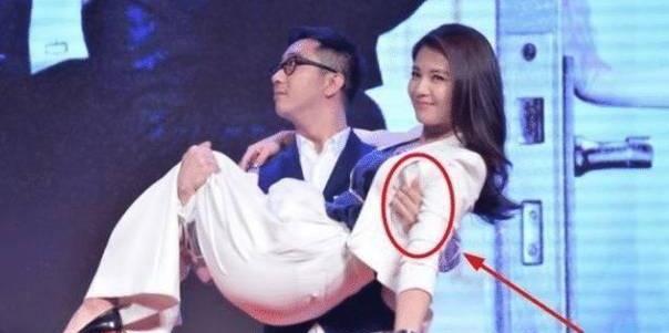 41岁刘涛被王自健公主抱的时候,大家注意看王自健的手部动作
