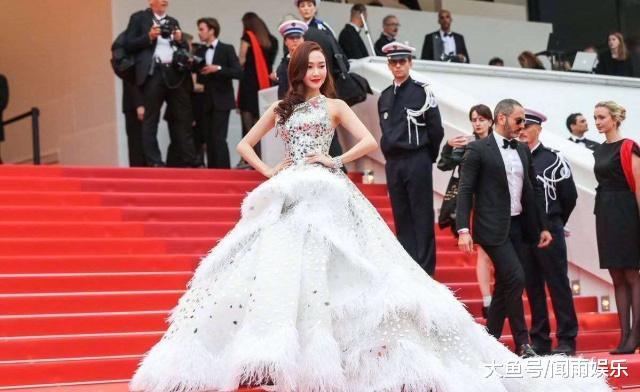 """""""白珍珠""""郑秀妍现身戛纳红毯,全程老外牵手搂腰,直接拉回家了"""