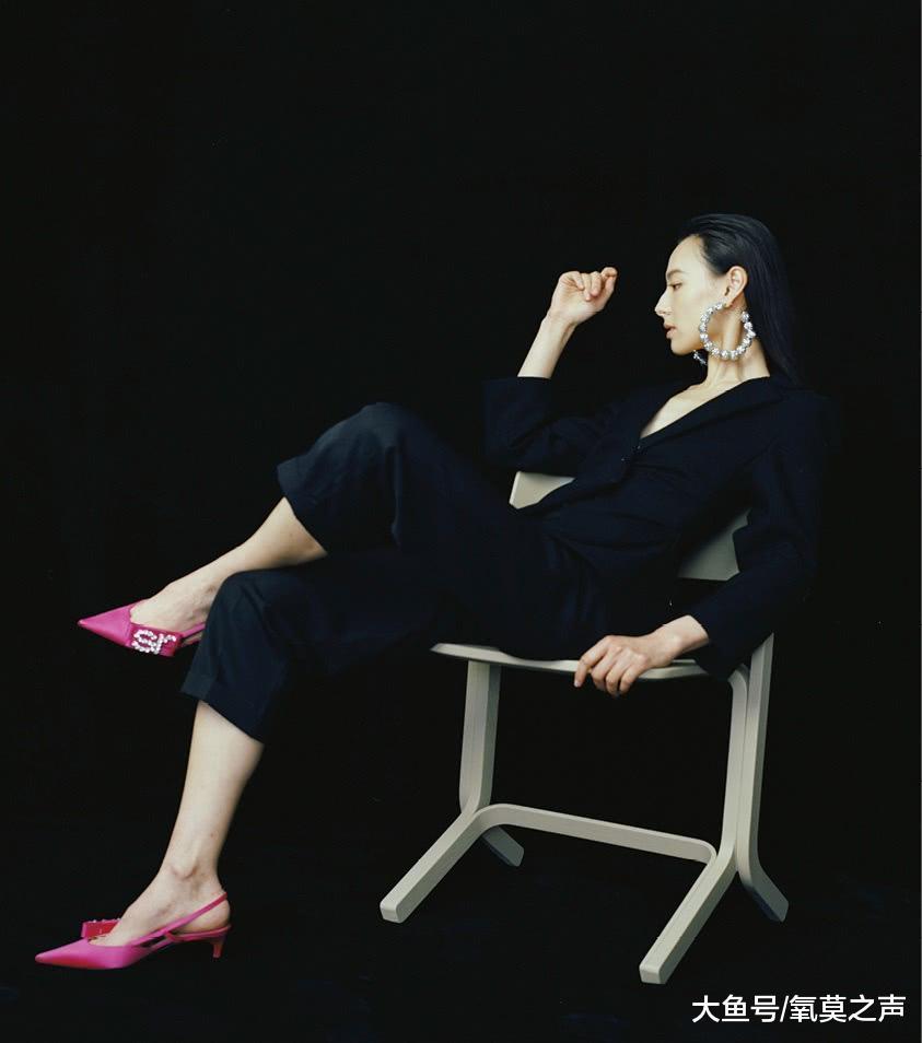 梁洛施穿黑色西装气场足, 搭配粉色尖头鞋很高级, 大耳环也抢镜