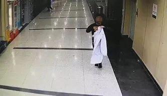 合肥病院监控拍到的17秒视频 须眉穿白年夜褂拆医死止骗