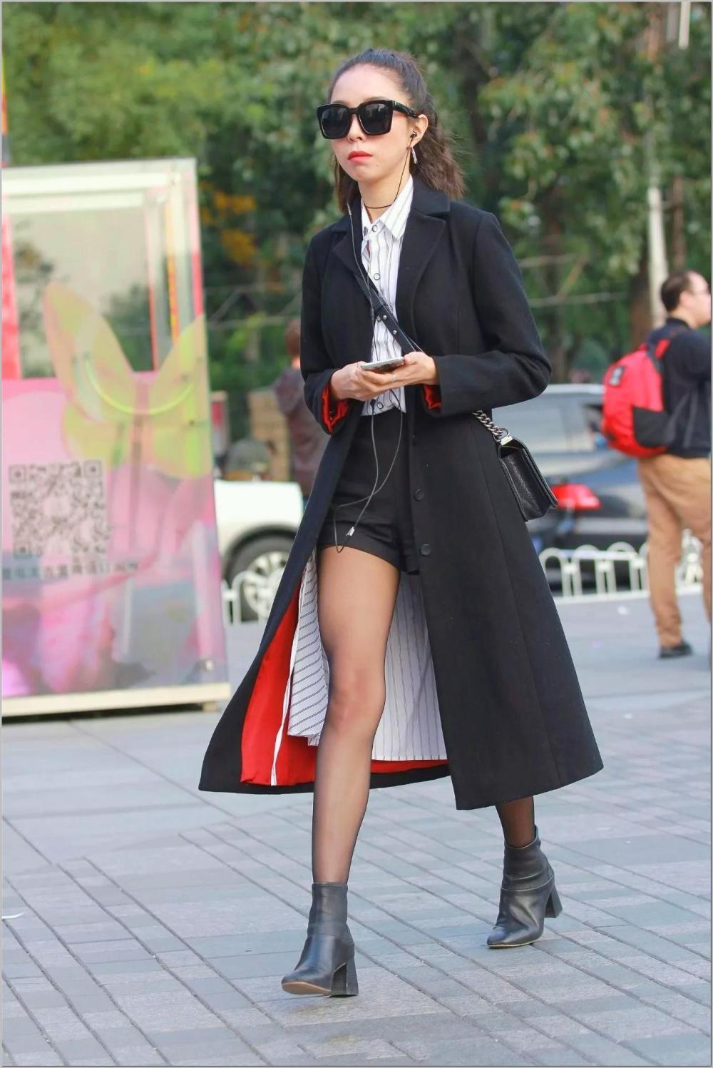美女半扎丸子头黑超加身穿着休闲舒适,真是了不得的时尚