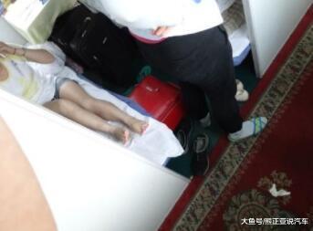 """20岁女孩火车上受骗,不停的出入厕所,被4名男生""""整""""的站不起来"""