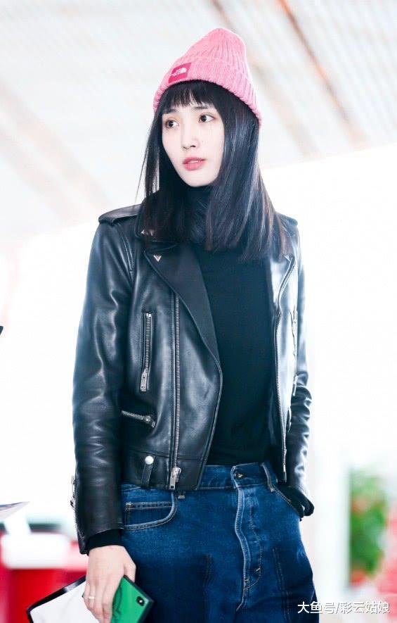 有着模特身高的王紫璇,竟穿另类松垮牛仔裤,让人看着很是沉默