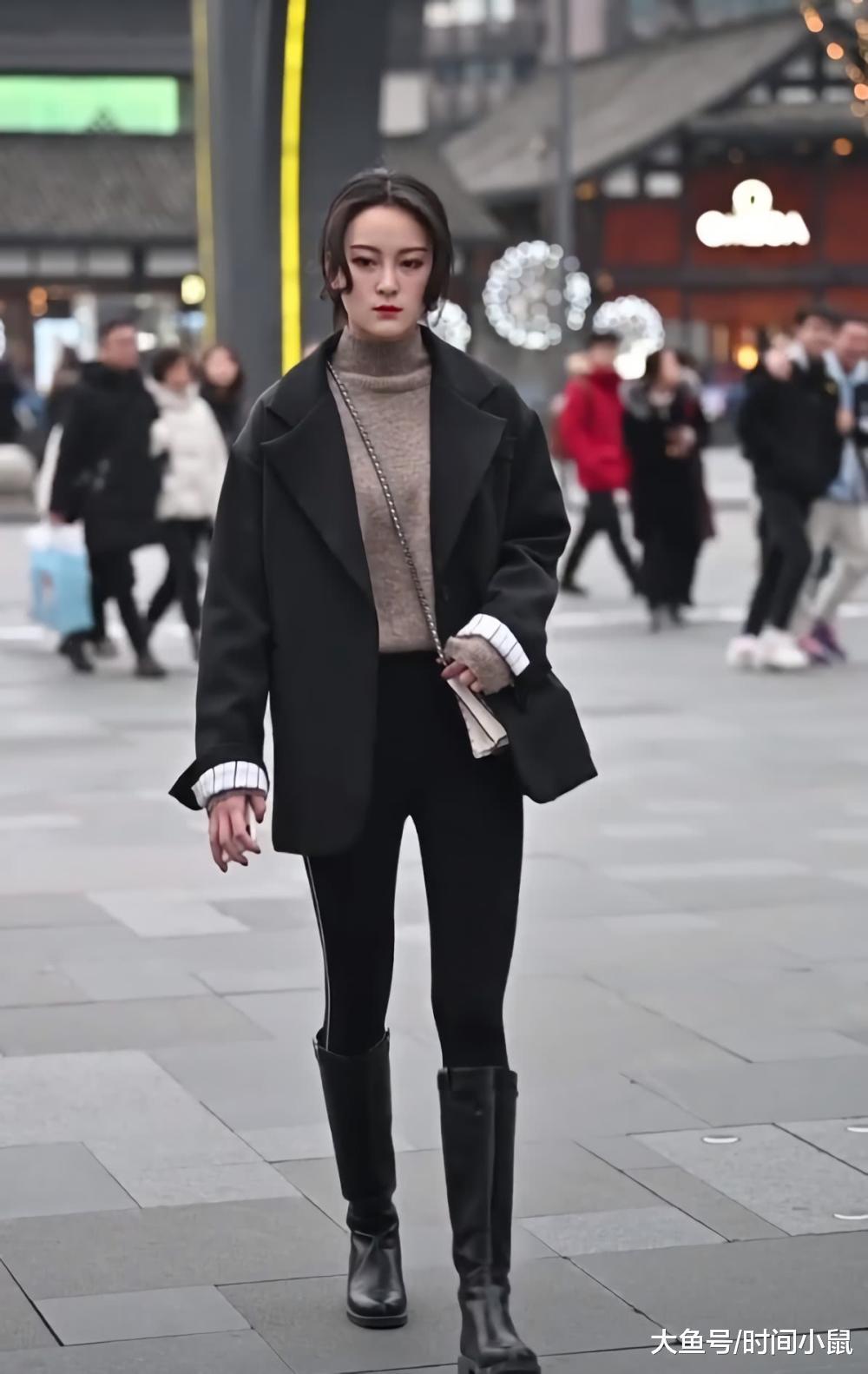 """美女的""""毛笔腿""""绝了,一般人瘦15斤穿不进的靴子,她穿成雨鞋"""