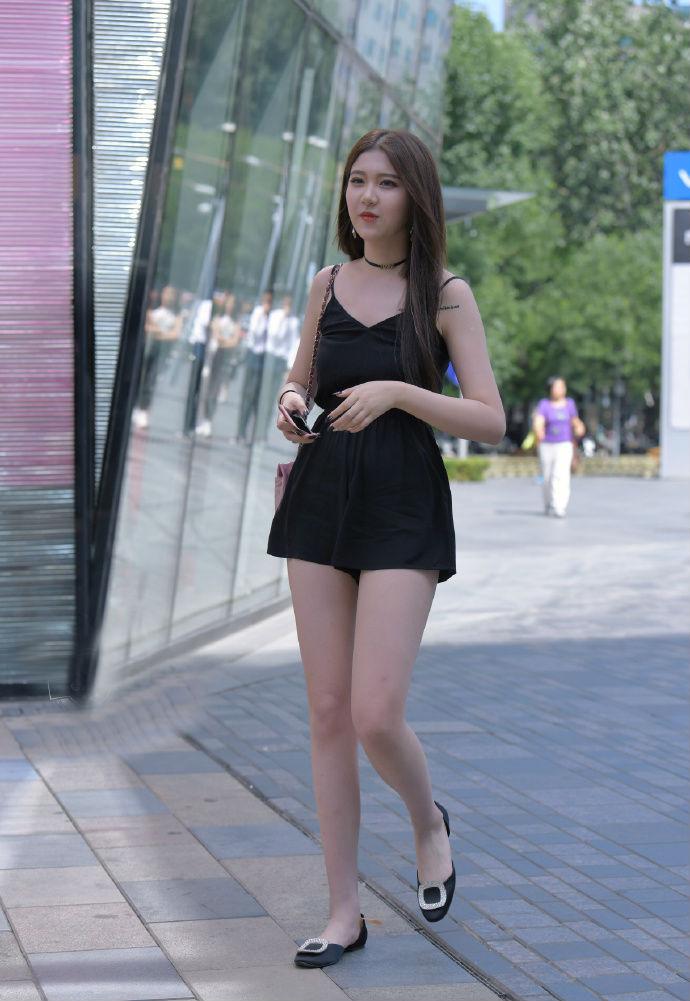 美女一身吸睛黑色装扮,平底鞋也显大长腿