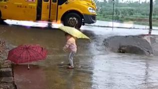 雨下太大,2岁妹妹路边撑伞接哥哥放学,接下来的举动太暖心