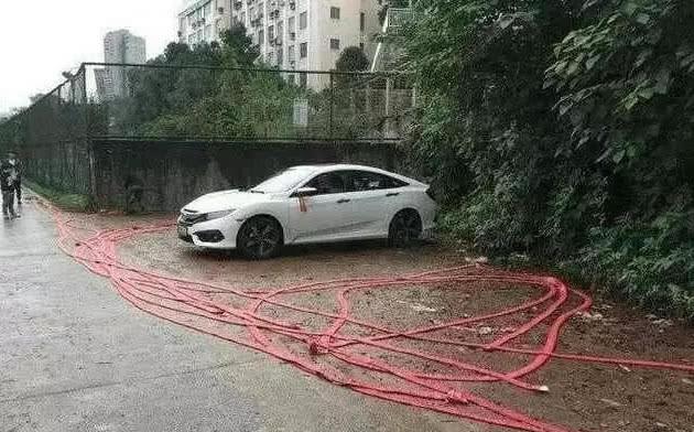 不便购辆10几万的车子么,至于如许隐摆做吗?网友:忏悔了吧!