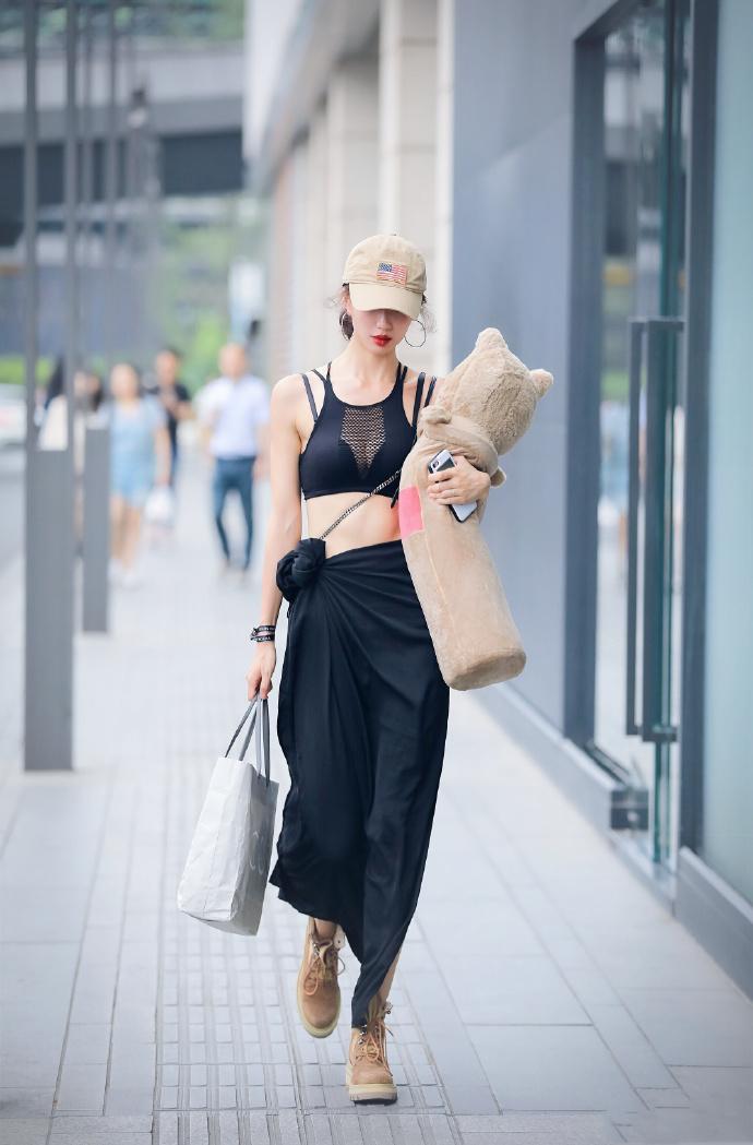 美女大胆又个性的装扮,完美展示自我魅力