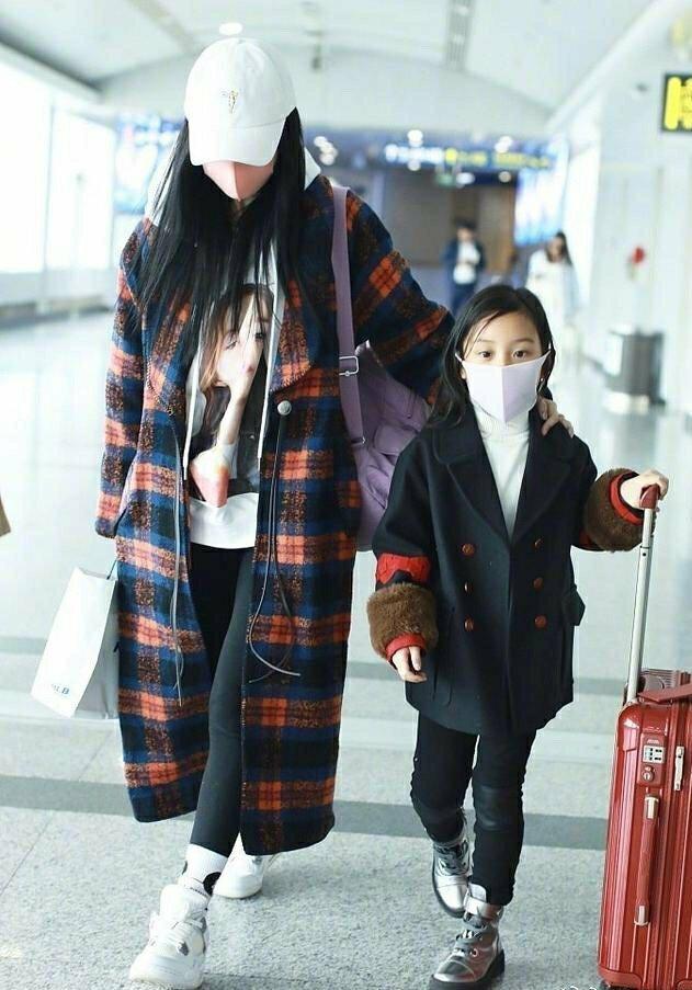 马蓉2.0?李小璐带甜馨现身机场,全副武装丝毫不受视频风波影响