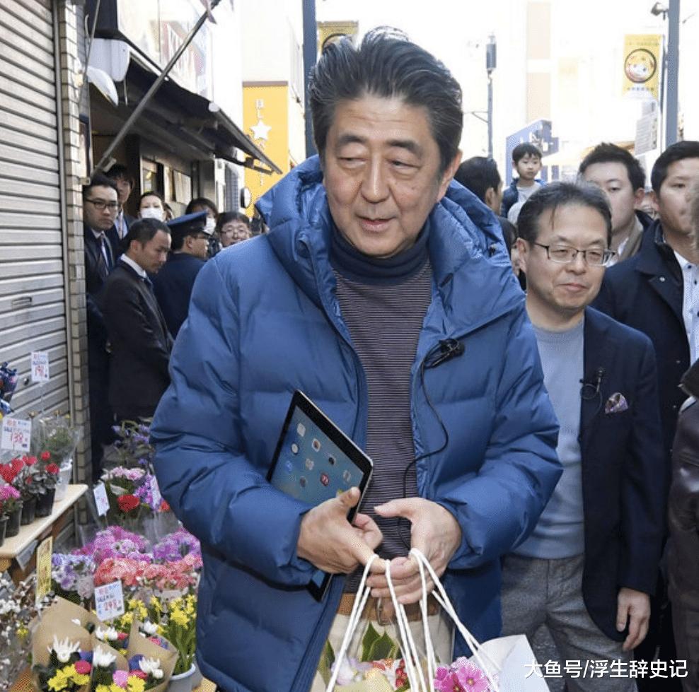 日本辅弼安倍晋三现身超市购物,安倍亲身购物列队购单!