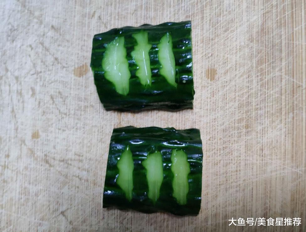 """教您黄瓜的新切法,勤学易做,几步便完成,年夜饭上准能""""冷艳""""四座"""