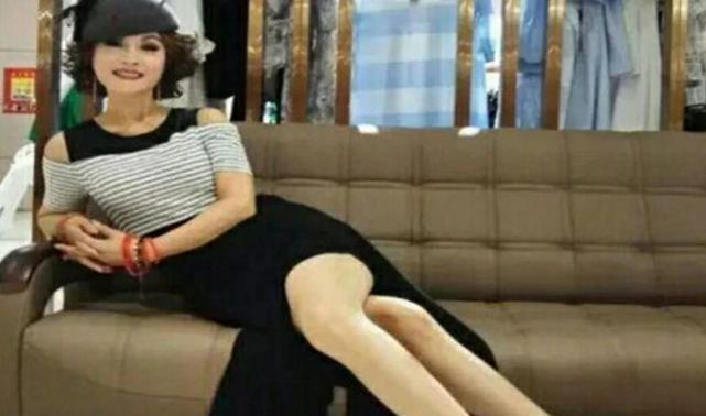 64岁比赵雅芝还美,坚持30年不吃晚饭,今患癌动手术都要化妆