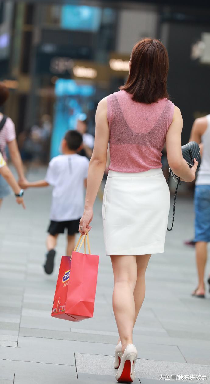 街拍:背影包臀裙美女古装就显得很有气质美女脸白色换图片