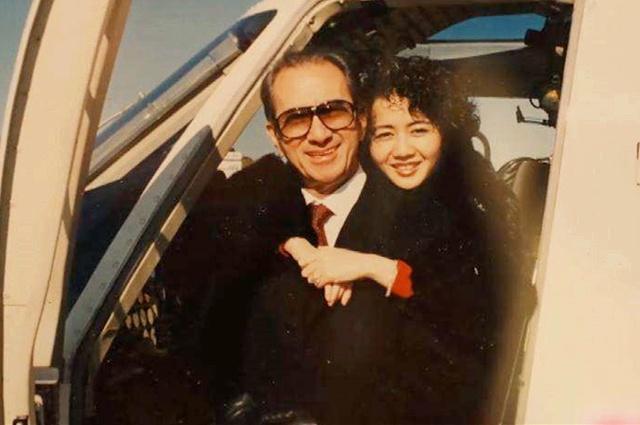 她26岁嫁年夜39岁富豪, 10年死5子, 每月十几万整费钱, 成人死赢家