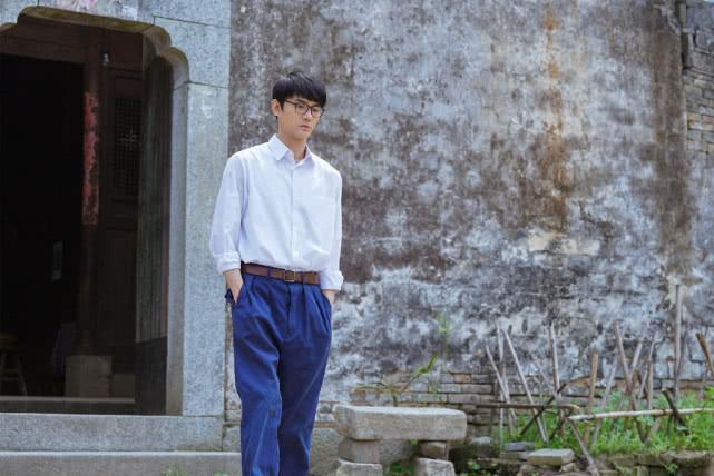 王凯穿黑色羽绒服走机场,配小脚休闲裤,简约打扮也很有男友力!