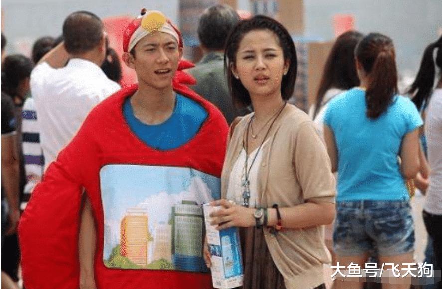 杨紫机场被偶遇,谁注意到躲在她身后的男生了?网友激动:这不是那谁!