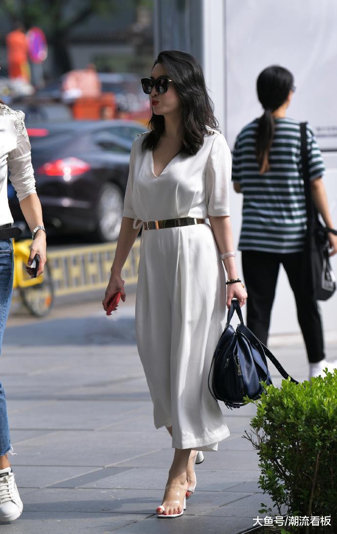 纯白色的一身着装, 小姐姐完美诠释了什么叫做风韵犹存!
