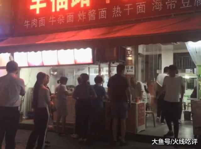 24小时火爆的牛肉面馆,襄阳人每天都得来吃一碗,配黄酒真舒服
