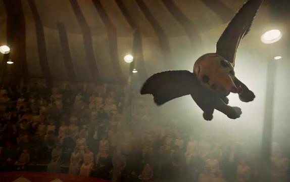 漫威年夜神《复联4》来临前,DC可否靠《雷霆沙赞》四两拨千斤?