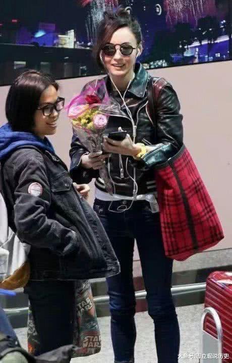 张柏芝现身机场, 脖子上草莓印抢镜头, 笑颜光耀, 网友: 实时兴!